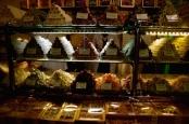 http://gatheringbooks.org/2015/03/17/photo-journal-hafiz-mustafa-1864-literary-cafe-in-istanbul/